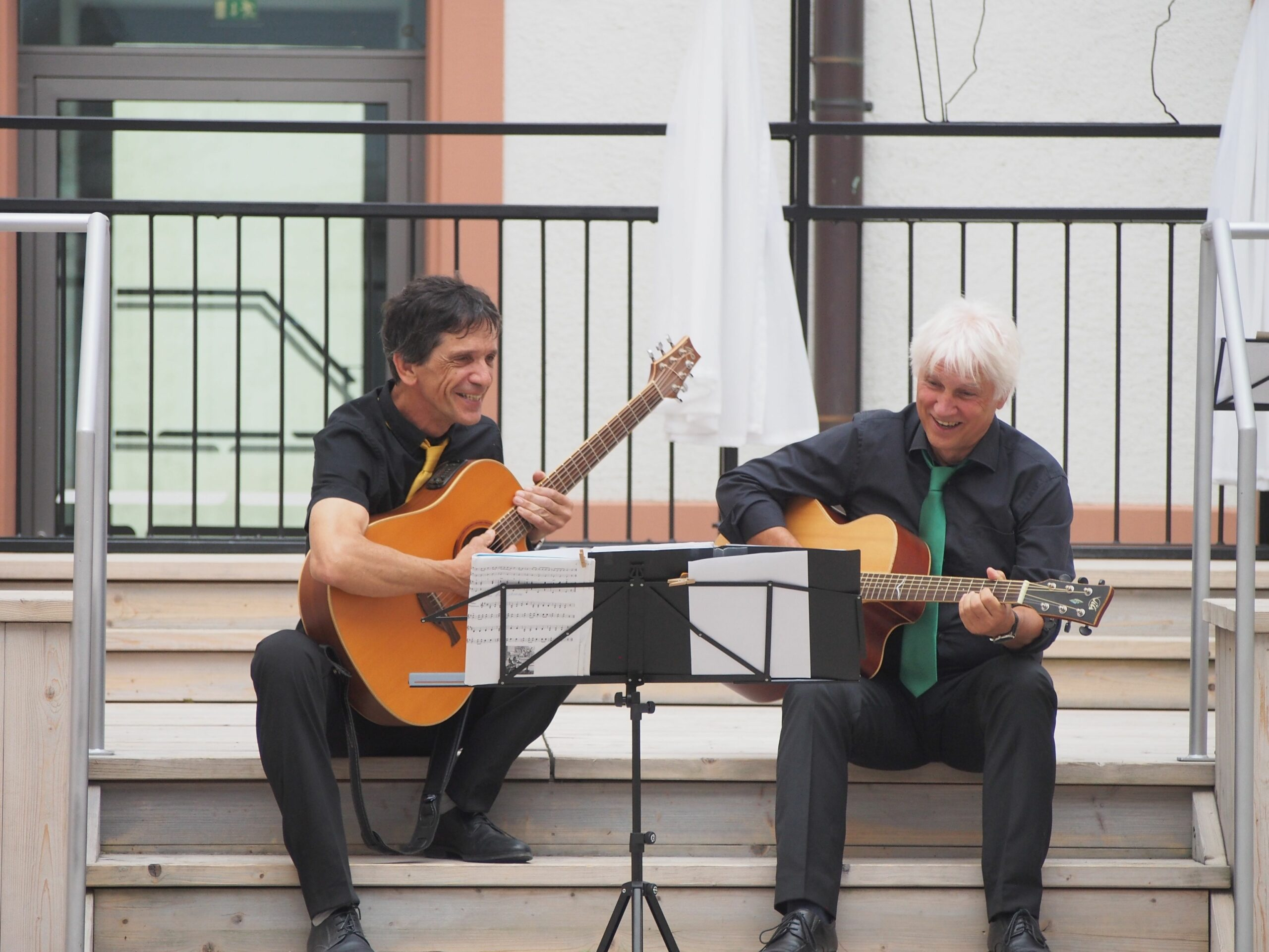 Neue Residenz - Hannes und Herwig mit Gitarren